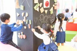 落書きゾーンは黒板の壁に積み木とチョークで好きな絵を。