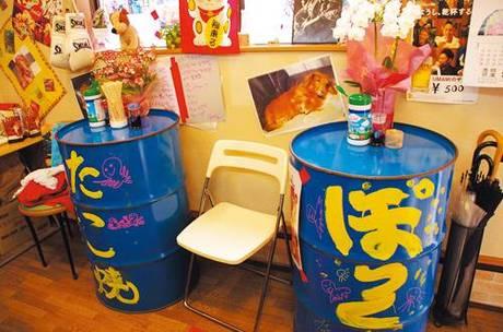 ▲最近入ったドラム缶テーブルは、「ふらっ と寄って気軽に食べれる」と来店者からも 好評