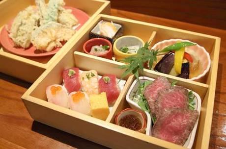 自家製和牛ローストビーフも入った「二段重天ぷら懐石」(2500 円)はお昼の寿司割烹の一つ。お椀とデザートもつく