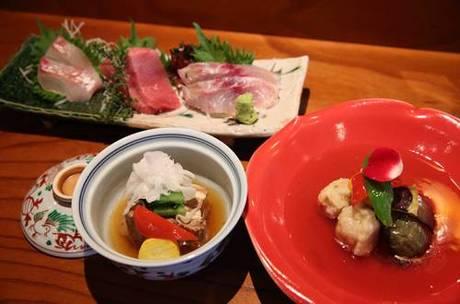 すべての素材にこだわりがある単品料理。 右手前は「小芋と賀茂なすの揚げあんかけ」(1280 円)