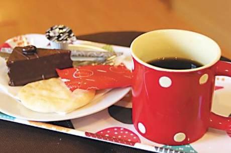 スタッフの気まぐれお菓子と選べ るドリンク(コーヒー・紅茶等)