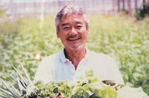 自家農園で野菜を収穫するオーナーの塩入さん